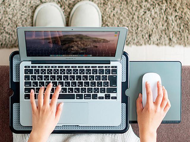 画像: ノートパソコンに適したサイズと剛性感。これがあるだけで作業の能率が断然アップ。マウスパッドの周囲にはマウス落下防止用のゴム加工が施されている。