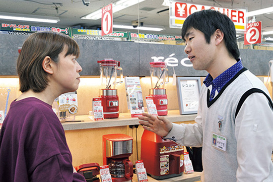 画像: ポップで華やかな売り場には、常にお客さんの姿が。若者からファミリー、年配層まで購入者の幅は広い。