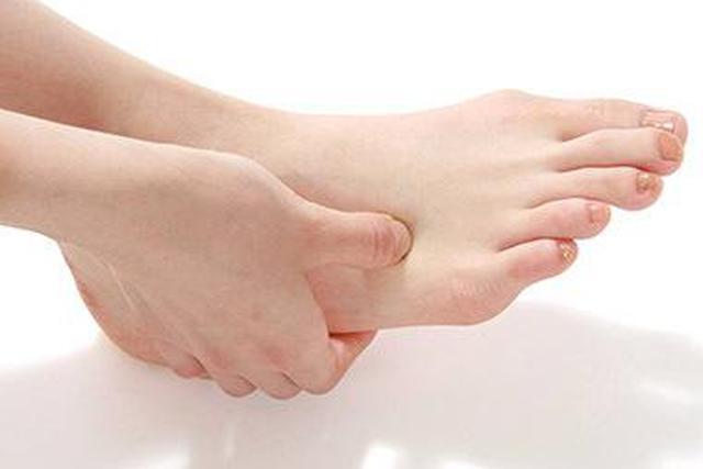 画像: 薬指(第4趾)と小指(第5趾)の間を触り、最も痛いところを押す。