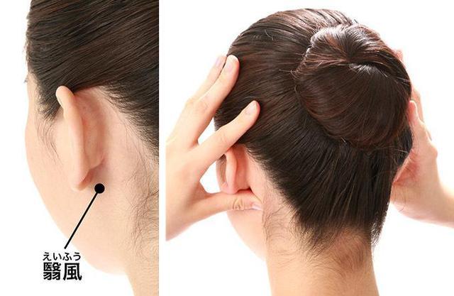 画像: 耳たぶの後ろ側にある骨の出っ張り(乳様突起)の下のくぼみを、左右の手の親指で同時に押す。