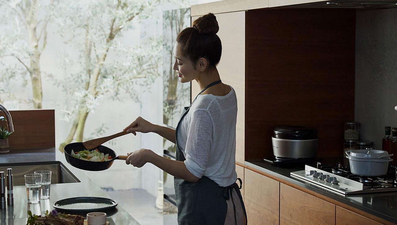 画像: 【鉄フライパンのおすすめ】バーミキュラは「ホーロー再コーティング」で差別化!職人の熟練技術が凝縮した一生モノ - 特選街web