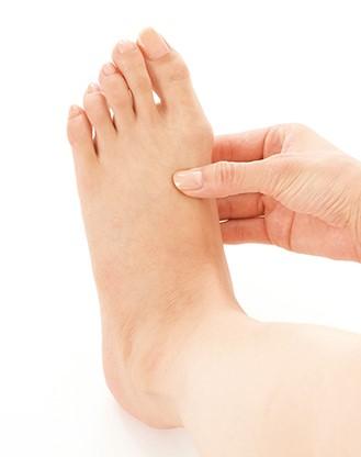 画像: ツボを押す親指以外は足の裏を支える