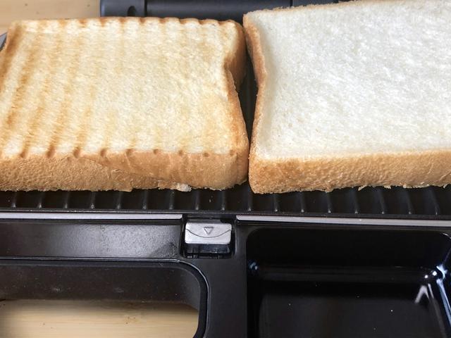 画像: 左)トースト後、右)トースト前。食パンは6つ切り。