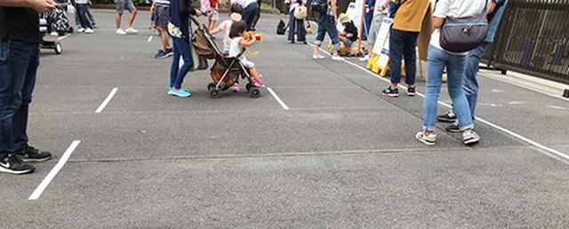 画像: ソーシャルディスタンスを保つため、2mごとに白線が引かれている正門前のチケット売り場