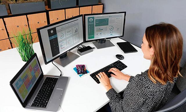 画像: ドックに外部ディスプレイを二つつないでおけば、ノートパソコンの画面と合わせて広々とした作業スペースを実現することができる。