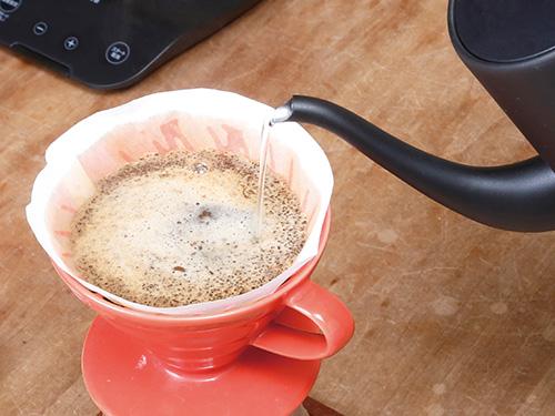 画像: 注ぎ口が長く、先端が細くなっているので、コーヒーのドリップなど、湯量を細かく調整したいときに便利。