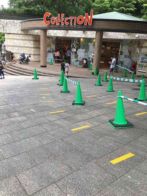 画像: ギフトショップ前には、黄色の線が引かれている