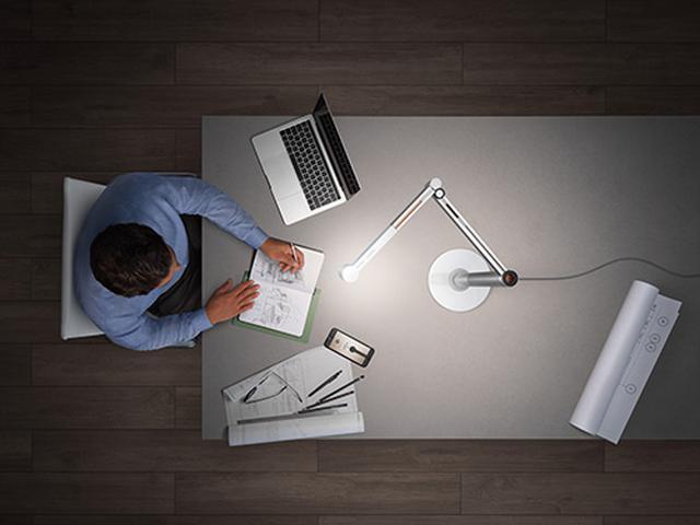画像: 仕事や趣味など、細かい作業をする場所へ、垂直にパワフルな光を照らすタスクライトモード。