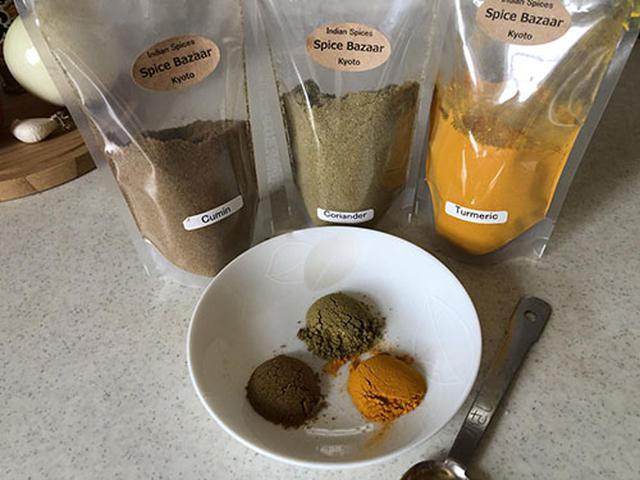 画像: 袋入りスパイスは、左からクミン、コリアンダー、ターメリック。