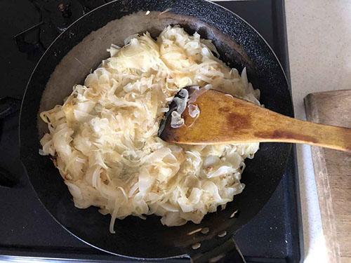 画像: みじん切りをした玉ねぎ、しょうが、にんにくを強火で約10分間。