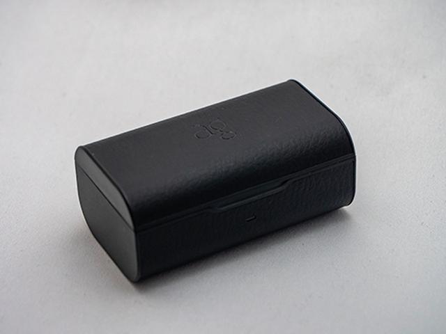 画像: 手のひらサイズのケースにバッテリーを詰め込み、更に小さなイヤフォンに無線も電池も押し込んだ上でコストが要求されるTWSの設計。音質を追求するのが困難を極めるのも無理のない話だ