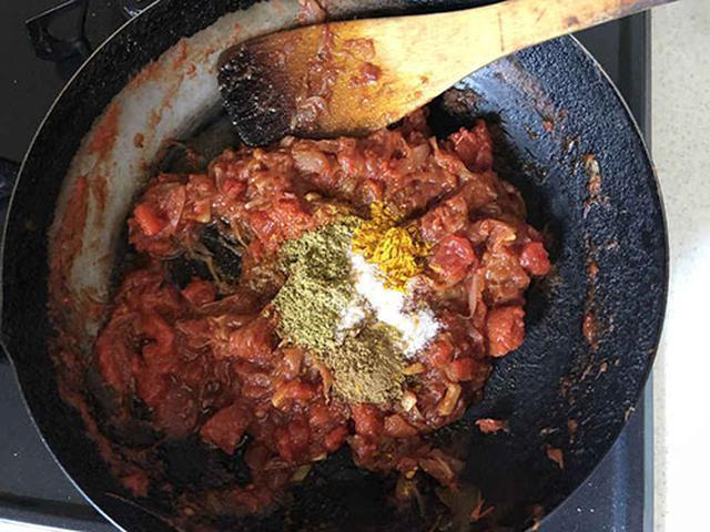 画像: 弱火にして3種のスパイスと塩を入れて約1分間炒める。