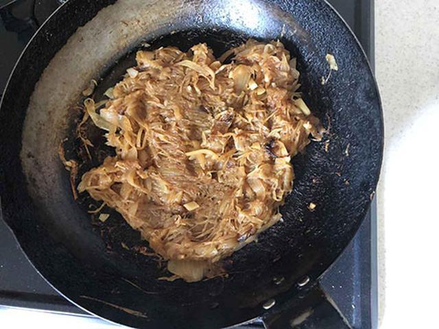 画像: 玉ねぎは飴色になるまで炒める。