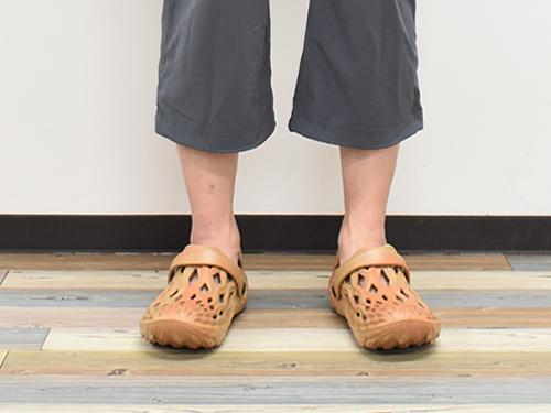 画像: 足のサイズが26cmの男性が着用