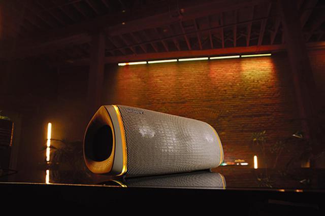 画像: SRS-XB43でLIVE SOUD機能を使っているイメージ。より臨場感のあるサウンドが楽しめる。