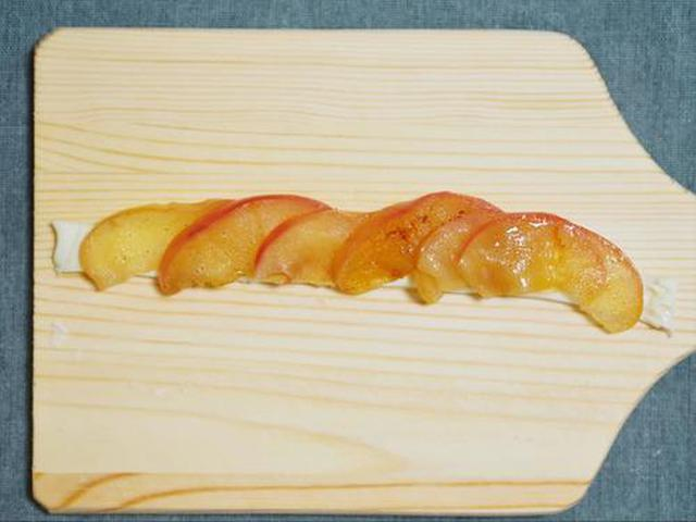 画像: リンゴを巻いていく