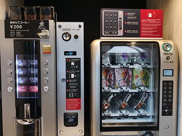 画像: コーヒーマシンの隣にはお茶やお菓子の自販機を設置。ただしお茶菓子のバリエーションにソイジョイというのは大いに不満