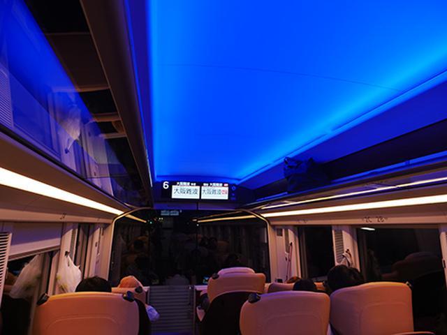 画像: 終点到着直前の様子。天井照明はカラーLEDが仕込まれており、車内の雰囲気をガラリと変えられる
