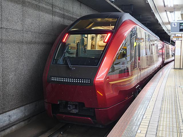 画像: 近鉄名古屋駅で出発を待つ80000系「ひのとり」