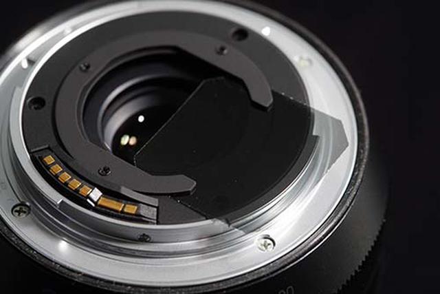 画像: Irix 15mm F2.4に標準装備されているリアフィルタースロット。