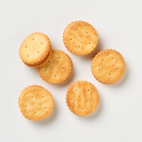 画像: レモンの香りが口の中に広がる「レモンジャムサンドクラッカー」 www.muji.com
