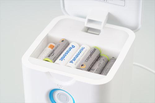 画像: 写真のように充電池を充電器上部に入れて、スイッチをワンプッシュするだけで、自動で充電が行われるのは全モデル共通の仕様です。