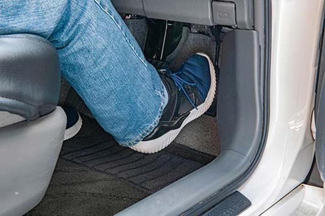 画像: ブレーキペダルとアクセルペダルの踏み間違いによる事故を防ぐ。