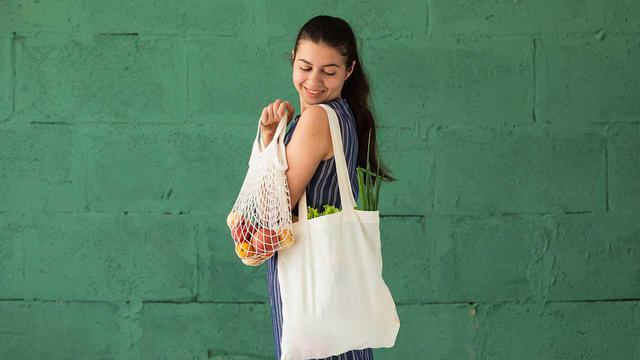 画像: 【レジ袋有料化なぜ必要?】マイバック所持派・ビニール袋購入派どっちが経済的?人気のエコバッグもご紹介 - 特選街web
