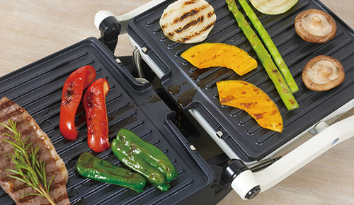 画像: 開いて2面を使って焼くことも可能。食材から出る油は、中央から下部の油受けトレーに流れ落ちる仕組みだ。