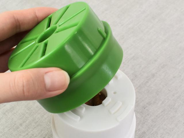 画像: 緑色のフタをかぶせて後は捻るだけでOK