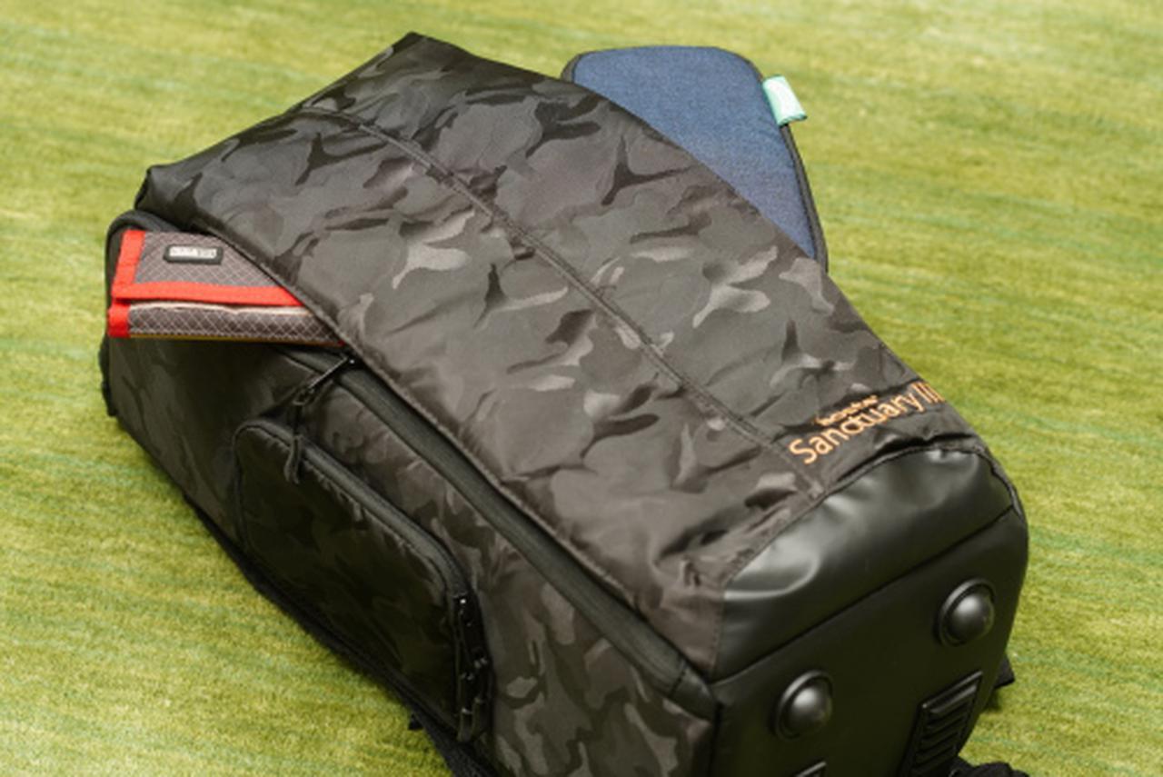 画像: リュック背面には左右からアクセスできる大型のポケットが装備されており、中はそれぞれが独立しているので小物の整理に便利です。