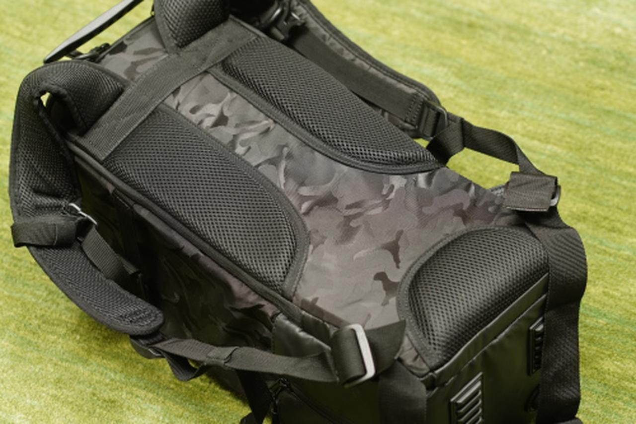 画像: 背負ったときに背中に当たる部分には、通気性も考慮して3つのパーツに分かれたクッション材が配置されており、快適の機材を運べます。