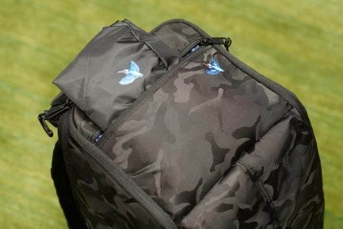 画像: リュックの上部には小さめのポケットが付いており、中には付属のレインカバーを収納でき、急な雨などから機材を守ることができます。