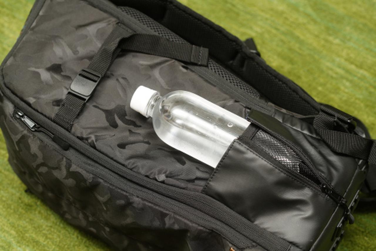 画像: 右サイドのポケットはファスナーでマチが調整できる構造なので、三脚などを取り付けないときは、ペットボトルを入れるのにも使えます。