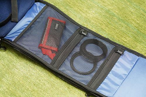 画像: メイン収納室を開けるとフタとなっている部分の裏側にふたつのメッシュポケットが装備されています。記録メディアケースなどを入れるのに便利です。