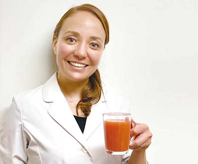 画像: 「にんじんジュースは健康の源!」と語ってくれた石原新菜先生