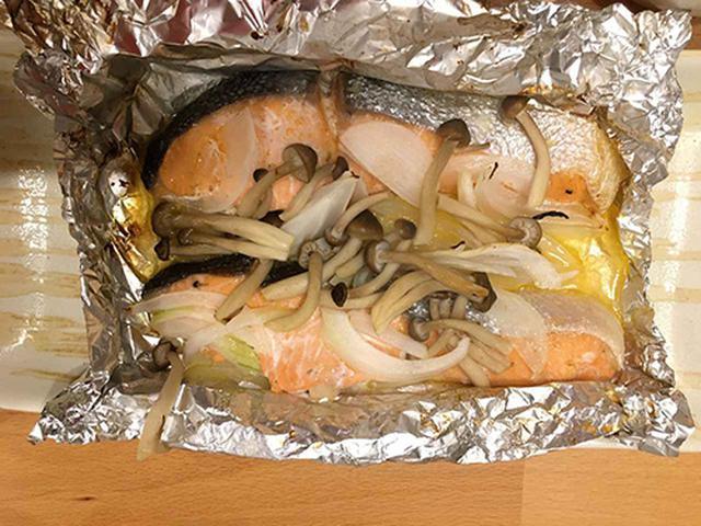 画像: 野菜セットに入っていた、玉ねぎとしめじと一緒にホイル焼きしたサケ