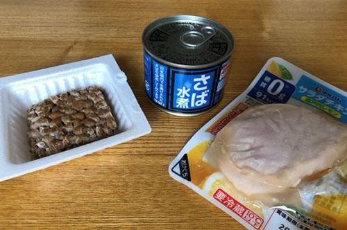 画像: 納豆パック、サバ缶、鶏むね肉は伊藤ハムの「サラダチキン 瀬戸内レモン」を利用。糖質ゼロです!