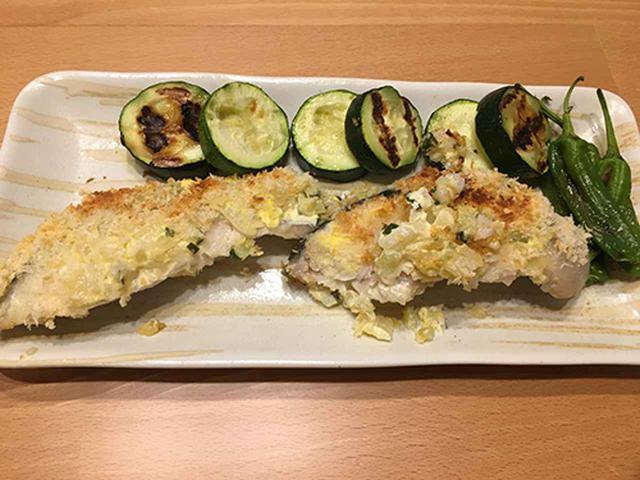 画像: 野菜セットに入っていた、しし唐とズッキーニも一緒にグリルで焼いたサワラ