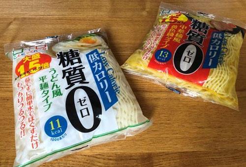 画像: 「低カロリー・糖質ゼロ」のこんにゃく麺は、うどん風平麺と中華風黄色麺の2種類