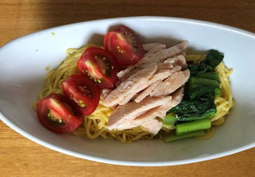 画像: 【鶏むね肉&野菜冷やし麺】は、3つの麺の中でも一番低カロリー。中華風タレをめんつゆに代用してもOKです