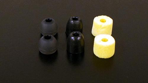 画像: イヤーピースの主なタイプを並べてみた。左がシリコン樹脂製、中央が低反発ウレタンフォーム、右がスポンジタイプ。