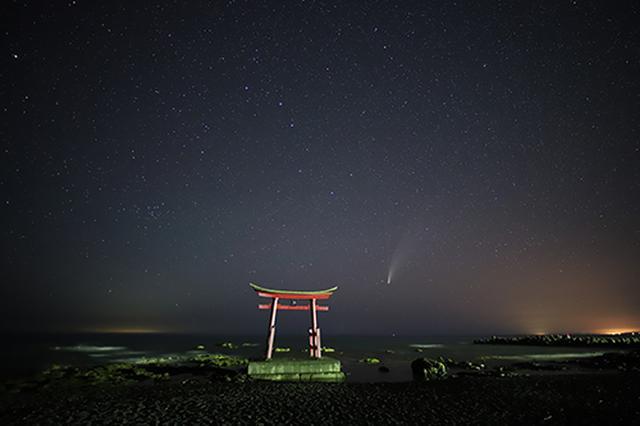 画像: CanonEOS 6D Mark II/Irix 15mm F2.4 Blackstone/15mm/マニュアル露出(F2.4、15秒)/ISO 8000/WB:色温度指定・3,800K 15mmの超広角で撮影した1枚です。ネオワイズ彗星は海中に立つ鳥居とほぼ変わらない低い位置に出ているのがわかります。