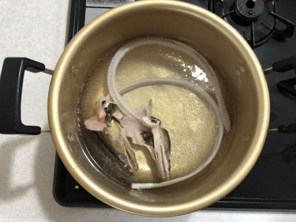 画像: 小鍋に鱧の頭と骨を入れて加熱します。