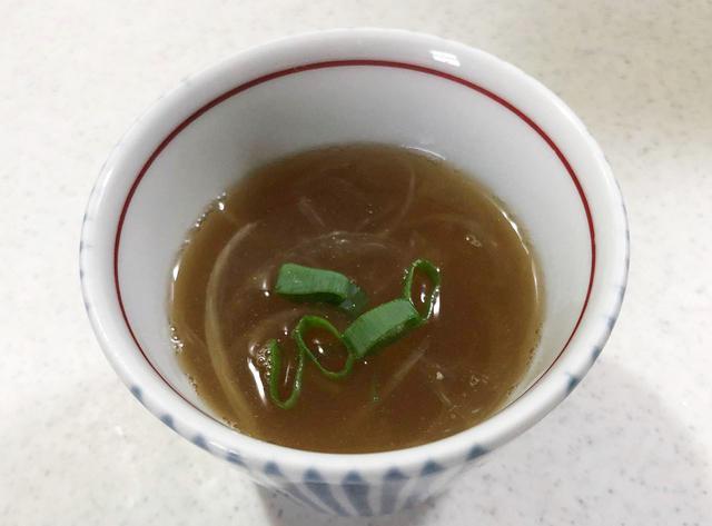 画像: 鱧骨スープは、スライス玉ねぎを白髪ネギに代用してもOK。