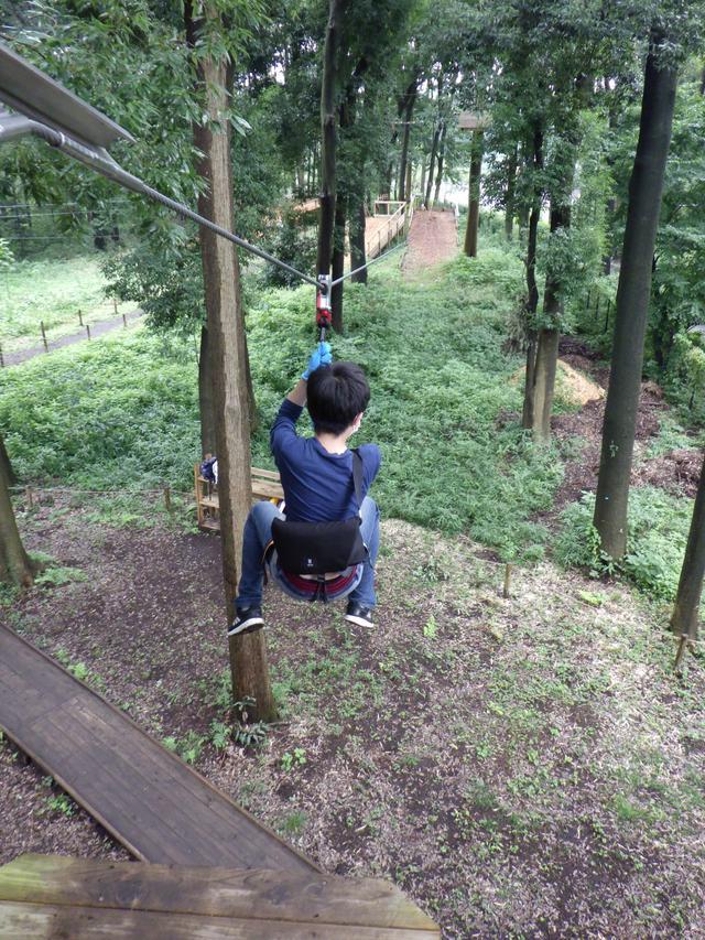 画像: 滑車にぶら下がって5メートルの高さからダイブ!