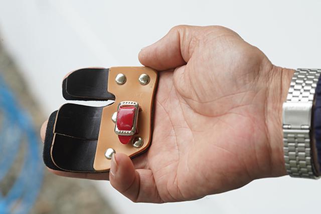 画像: 弓の弦を弾く指を保護するのが、タブです。さまざまな形状のものがあり、好みなどのよって使いわけるといいます。