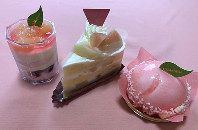 画像: 右より「まんまる白桃ケーキ」「山梨県産白桃のプレミアム純生クリームショートケーキ」「白桃のカップデザート」