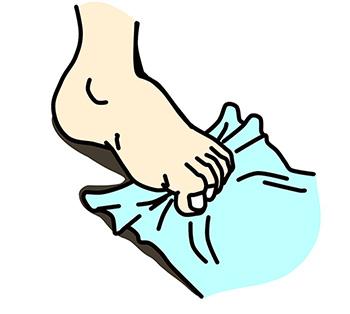 画像: タオルを足指でつかんだり、たぐり寄せたりしよう