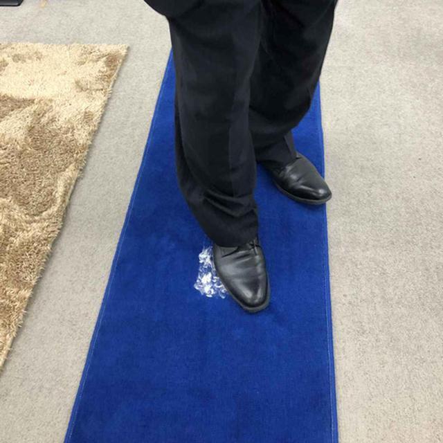 画像: 革靴でギューギューと踏みしだく